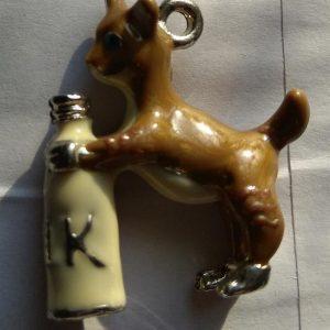 Pendentif chien et bouteille